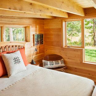 ポートランド(メイン)の小さいラスティックスタイルのおしゃれな主寝室 (リノリウムの床、グレーの床)