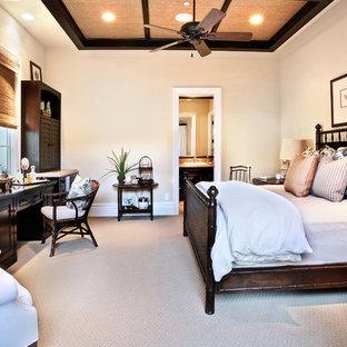 Idéer för ett stort medelhavsstil huvudsovrum, med beige väggar och heltäckningsmatta