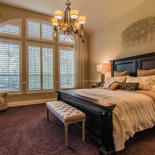 Foto di una camera matrimoniale tradizionale con pareti beige, moquette e pavimento viola