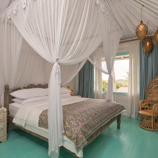 Bild på ett tropiskt gästrum, med vita väggar, målat trägolv och turkost golv