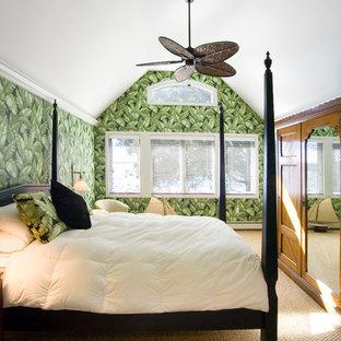 Esempio di una grande camera degli ospiti tropicale con pareti verdi, moquette, camino sospeso e pavimento beige