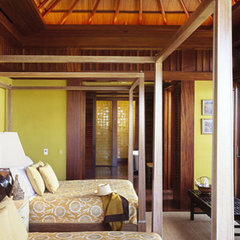 tropical bedroom by RYAN ASSOCIATES GENERAL CONTRACTORS