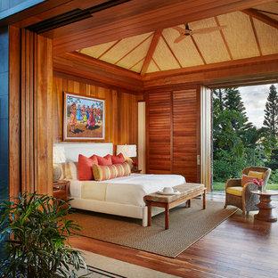 Diseño de habitación de invitados exótica, extra grande, con paredes multicolor y suelo de madera oscura