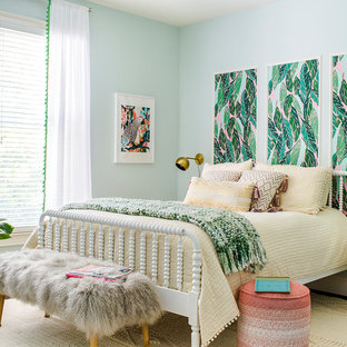 Esempio di una camera da letto tropicale con parquet scuro e pareti verdi