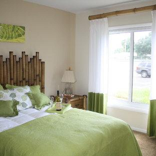Modelo de dormitorio principal, exótico, de tamaño medio, sin chimenea, con paredes marrones, suelo de madera en tonos medios y suelo marrón