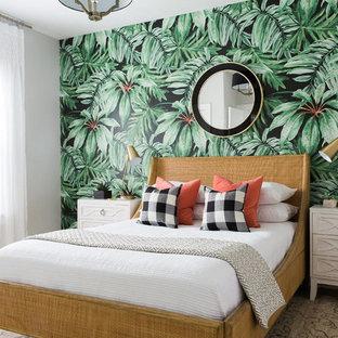 Foto på ett mellanstort tropiskt gästrum, med vita väggar och ljust trägolv
