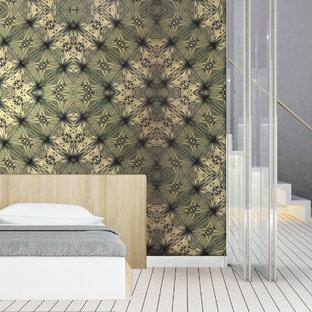 Imagen de habitación de invitados tropical, de tamaño medio, con paredes verdes, suelo de bambú y suelo blanco