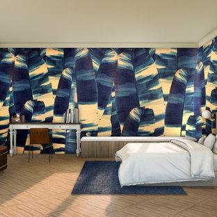 Ejemplo de dormitorio principal, exótico, con paredes azules, suelo de bambú y suelo marrón