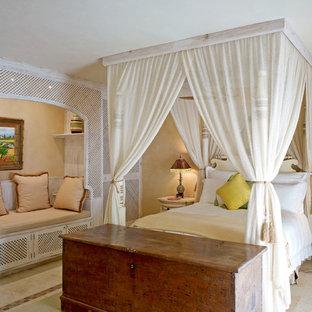 Idées déco pour une chambre méditerranéenne avec un mur beige et aucune cheminée.