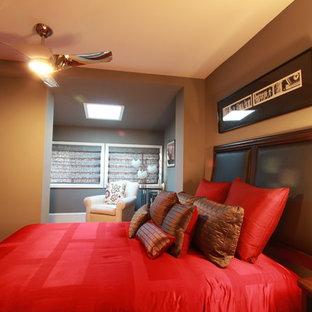 Diseño de habitación de invitados actual, de tamaño medio, con paredes beige y suelo de mármol