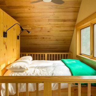 Стильный дизайн: спальня на антресоли в стиле рустика с желтыми стенами и паркетным полом среднего тона - последний тренд