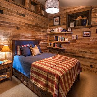 Foto de habitación de invitados industrial, de tamaño medio, con paredes marrones, moqueta y suelo beige