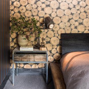 Immagine di una camera degli ospiti industriale di medie dimensioni con pareti marroni, moquette e nessun camino