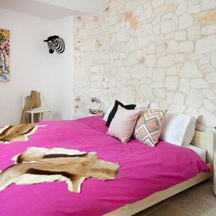 Стильный дизайн: хозяйская спальня в средиземноморском стиле с полом из известняка и бежевыми стенами - последний тренд