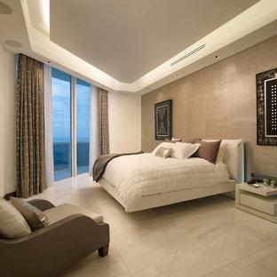 Свежая идея для дизайна: спальня в современном стиле с бежевыми стенами, мраморным полом и бежевым полом - отличное фото интерьера