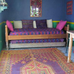 Idéer för att renovera ett eklektiskt gästrum, med blå väggar och tegelgolv