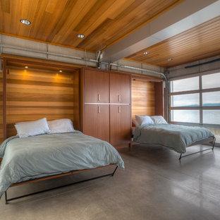 Modelo de habitación de invitados actual, pequeña, con suelo de cemento, paredes marrones y suelo gris