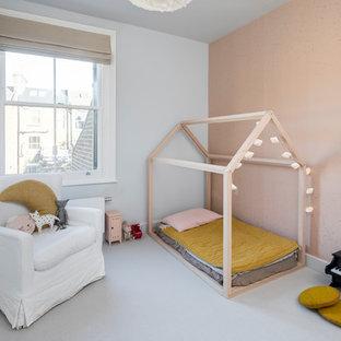 Minimalistisk inredning av ett stort gästrum, med heltäckningsmatta, grått golv och grå väggar