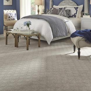 Идея дизайна: большая хозяйская спальня в стиле современная классика с фиолетовыми стенами, ковровым покрытием и серым полом без камина