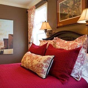 Imagen de dormitorio principal, tradicional, grande, sin chimenea, con paredes marrones y moqueta