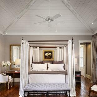 Inspiration pour une grand chambre parentale rustique avec un mur gris et un sol en bois foncé.