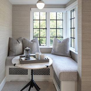 Cette photo montre une chambre avec moquette chic avec un mur gris et un sol gris.