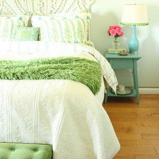 Ejemplo de dormitorio rústico con paredes verdes y suelo de madera en tonos medios