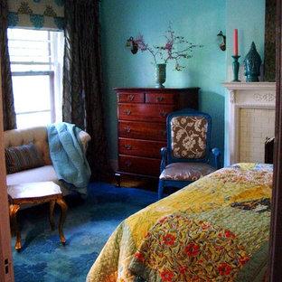 Ispirazione per una camera matrimoniale eclettica di medie dimensioni con pareti verdi, parquet chiaro, camino classico e cornice del camino in mattoni