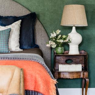 Diseño de dormitorio principal, tradicional renovado, grande, con paredes verdes y moqueta
