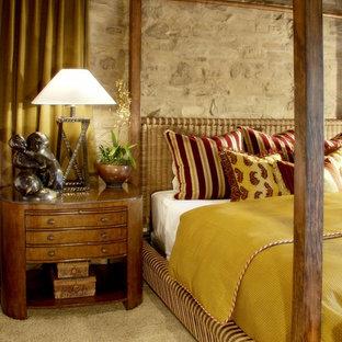 Ejemplo de dormitorio mediterráneo con moqueta