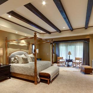 Cette photo montre une chambre avec moquette chic avec un mur beige et une cheminée d'angle.