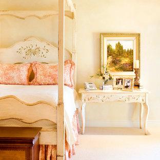 Exemple d'une chambre avec moquette victorienne avec un mur beige.
