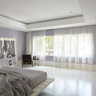 Стильный дизайн: спальня в современном стиле с серыми стенами, светлым паркетным полом и белым полом - последний тренд