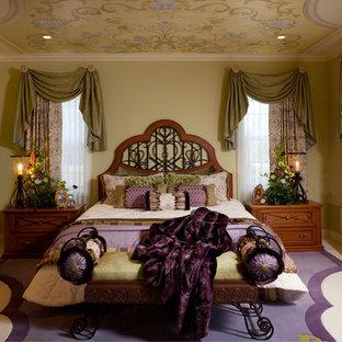 На фото: хозяйская спальня среднего размера в классическом стиле с бежевыми стенами, ковровым покрытием и разноцветным полом без камина с