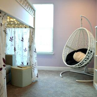 Inspiration för ett mellanstort funkis gästrum, med lila väggar och heltäckningsmatta