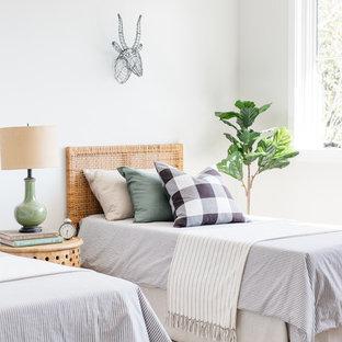 ロサンゼルスのカントリー風おしゃれな寝室 (白い壁) のインテリア