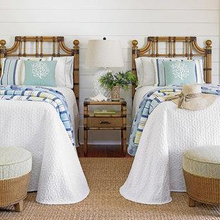 Diseño de habitación de invitados tropical, pequeña, con paredes blancas y suelo de madera en tonos medios
