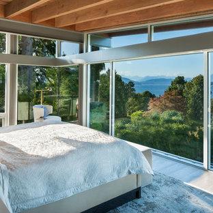 На фото: огромная хозяйская спальня в современном стиле с деревянным полом и белым полом