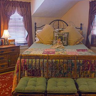 Diseño de habitación de invitados rústica, de tamaño medio, con paredes amarillas y suelo de madera pintada