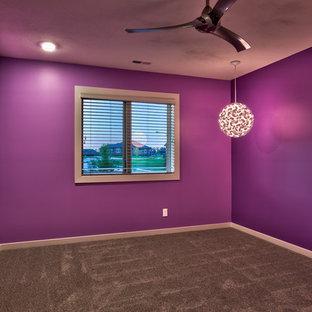 Imagen de habitación de invitados minimalista, de tamaño medio, sin chimenea, con paredes grises y moqueta