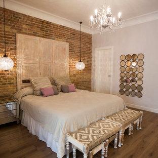 Aménagement d'une chambre adulte romantique de taille moyenne avec un sol en bois foncé, aucune cheminée et un mur gris.