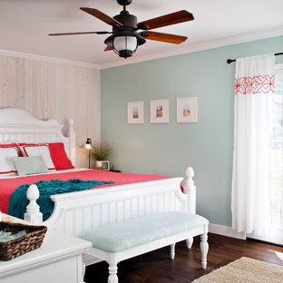 サンフランシスコの中サイズのビーチスタイルのおしゃれな主寝室 (青い壁、濃色無垢フローリング、暖炉なし) のレイアウト
