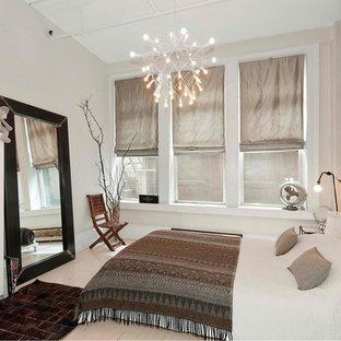 Ispirazione per una camera matrimoniale minimalista di medie dimensioni con pareti grigie, pavimento in legno verniciato, nessun camino e pavimento beige