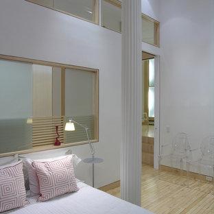 Idées déco pour une chambre mansardée ou avec mezzanine scandinave avec un mur blanc et un sol en bois clair.