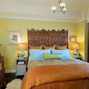 サンフランシスコのアジアンスタイルのおしゃれな寝室 (黄色い壁、濃色無垢フローリング)