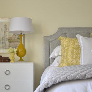Ispirazione per una grande camera matrimoniale contemporanea con pareti gialle