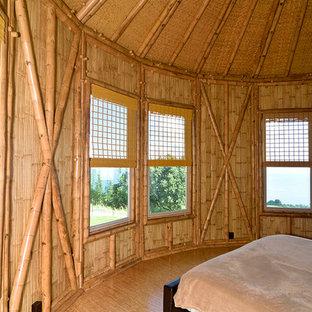 Imagen de dormitorio principal, tropical, de tamaño medio, sin chimenea, con suelo de corcho
