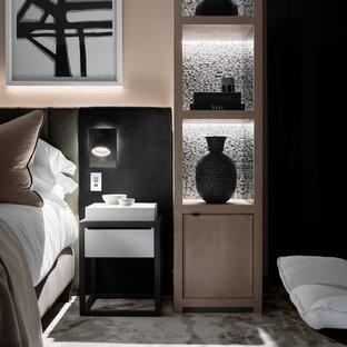 На фото: большая хозяйская спальня в современном стиле с розовыми стенами, ковровым покрытием, стандартным камином, фасадом камина из штукатурки и серым полом