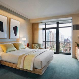 ニューヨークの大きいコンテンポラリースタイルのおしゃれな主寝室 (ベージュの壁、カーペット敷き、暖炉なし、青い床)