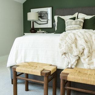Exemple d'une chambre chic de taille moyenne avec un mur vert.